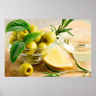 Grünen Sie die narbigen Oliven, die mit Kräutern Poster