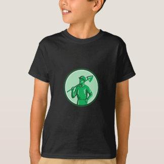 Grüner Bergmann, der Schaufel-Kreis Retro hält T-Shirt