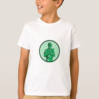 Grüner Erbauer, der Hammer-Kreis Retro hält T-Shirt