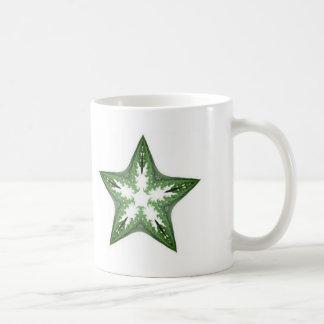 Grüner Fraktal-Kunst-Stern-Entwurf auf einer Kaffeetasse