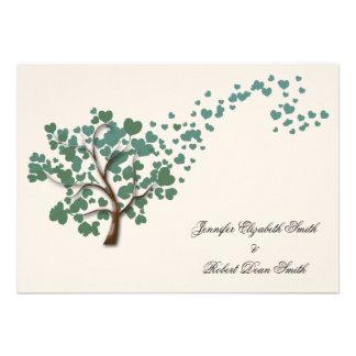 Grüner Herz-Baum auf Elfenbein-Hochzeit Einladung