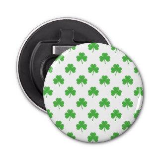 Grüner Herz-Förmiger Klee auf weißem St Patrick Flaschenöffner