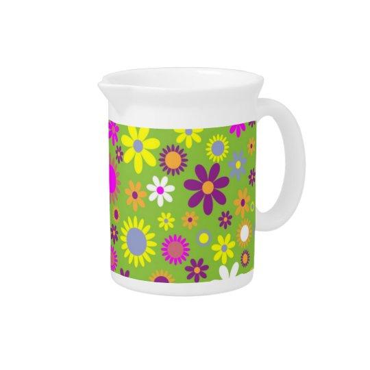Grüner Hintergrund mit buntem Blütenkrug Getränke Krug