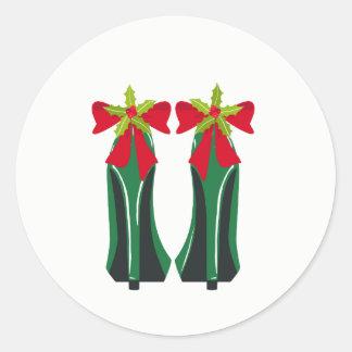 Grüner hoher Heels mit Weihnachtsbögen Runder Aufkleber