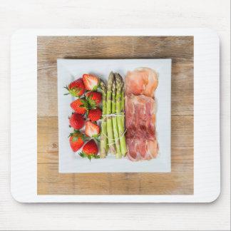 Grüner Spargel mit Schinken und Erdbeeren Mauspads