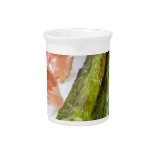 Grüner Spargel mit Schinken und Soße Getränke Pitcher