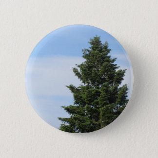 Grüner Tannenbaum gegen einen klaren Himmel Runder Button 5,1 Cm
