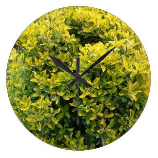 Grüner und gelber Busch Große Wanduhr