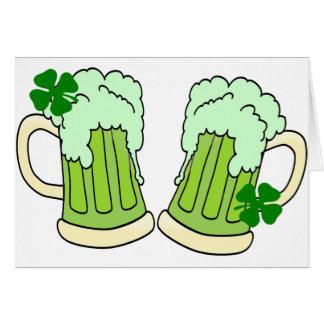 Grünes Bier-Tassen-Toast-Alpha Karte