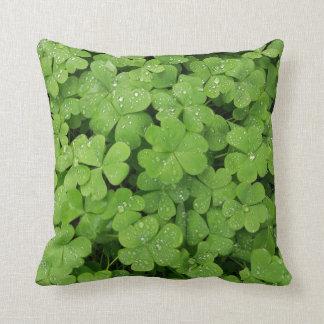 Grünes frisches Kleeblatt, glückliches Kissen St. Kissen