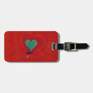 Grünes Herz auf einem roten Schmutzhintergrund Gepäckanhänger