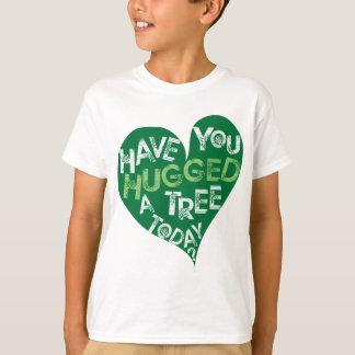 Grünes Herz (umarmen Sie einen Baum) T-Shirt