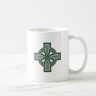 Grünes keltisches Kreuz mit Triskele Stich Kaffeetasse