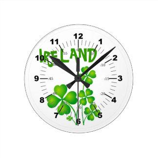 Grünes Kleeblatt aus Irland Runde Wanduhr