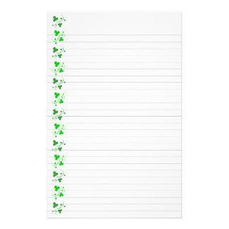 Grünes Kleeblatt-Muster-Briefpapier gezeichnet Briefpapier