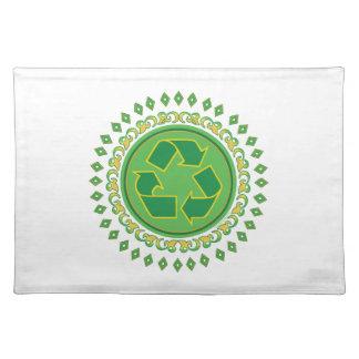 Grünes Medaillon, das Zeichen recycelt Tischset