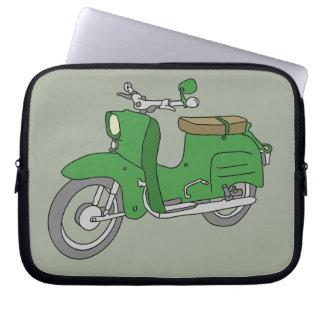 """Grünes Motorscooter """"Schwalbe """" Laptopschutzhülle"""