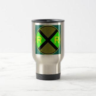 Grünes Neon u. gelber gestreifter Bahnübergang Reisebecher