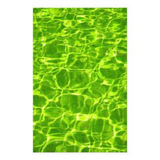 Grünes Neonwasser kopiert Hintergrund-leeres Briefpapier