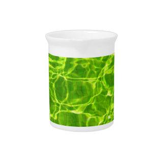 Grünes Neonwasser kopiert Hintergrund-leeres Krug