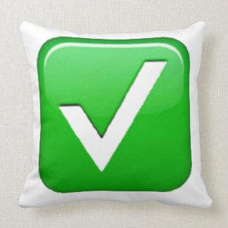 Grünes Prüfzeichen im Kasten - Emoji Kissen