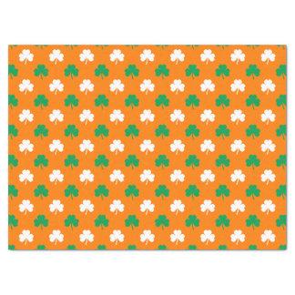 Grünes und weißes Herz-Förmiges Kleeblatt auf Seidenpapier