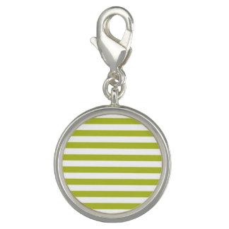 Grünes und weißes Streifen-Muster Charm