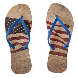 Grunged amerikanische Flagge drehen Reinfälle um Badesandalen