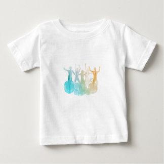 Gruppe Freunde, die für Freude im Aquarell Baby T-shirt
