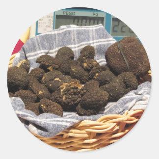 Gruppe italienische teure schwarze Trüffeln Runder Aufkleber