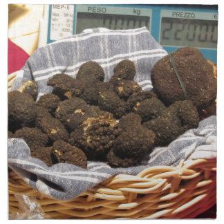 Gruppe italienische teure schwarze Trüffeln Serviette