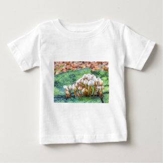 Gruppe Pilze auf grünem Baumstumpf Baby T-shirt