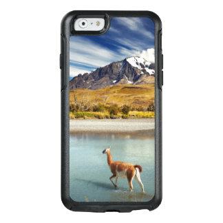 Guanaco, der den Fluss in Torres Del Paine kreuzt OtterBox iPhone 6/6s Hülle