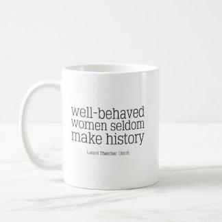 Gut benommene Frauen stellen selten Kaffeetasse