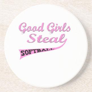 Gute Mädchen stehlen rosa städtische Bierdeckel