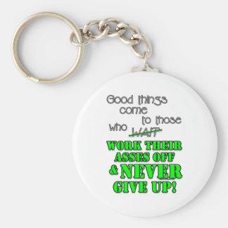 Gute Sachen kommen zu denen, die… Standard Runder Schlüsselanhänger