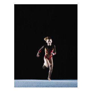 Gymnast (12-13) laufend auf Matte Postkarte