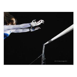 Gymnast (9-10) erreichend für Stufenbarren 2 Postkarte