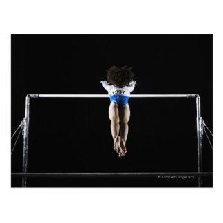 Gymnast (9-10) erreichend für Stufenbarren Postkarte