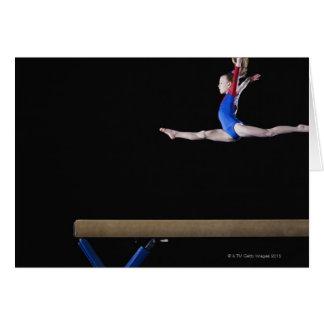 Gymnast (9-10) springend auf Schwebebalken 2 Karte
