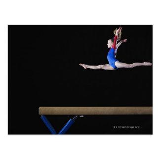 Gymnast (9-10) springend auf Schwebebalken 2 Postkarte