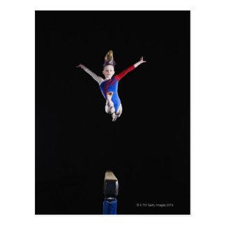 Gymnast (9-10) springend auf Schwebebalken Postkarte