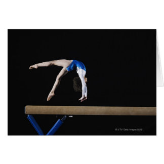 Gymnast (9-10) umdrehend auf Schwebebalken, Seite Karte