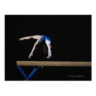 Gymnast (9-10) umdrehend auf Schwebebalken, Seite Postkarte