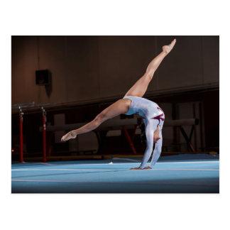 Gymnast, der im Stadion konkurriert Postkarte