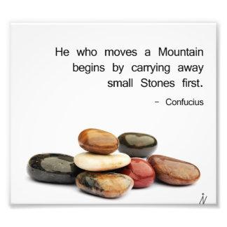 """h """"er, der einen Berg… """"bewegt (Konfuzius) Fotodruck"""