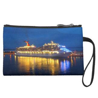Hafen-Reflexionsschiff nachts