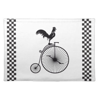 Hahn, der auf Vintagem Fahrrad sitzt Tischset