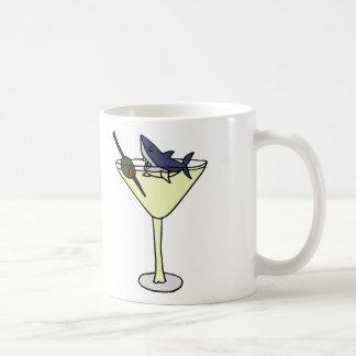 Haifisch, der Martini-Olive isst Kaffeetasse