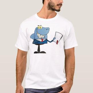 Haifisch-Geschäftsmann, der Vertrag zeigt T-Shirt